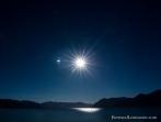 Lune se reflétant dans le lac Hawea (Nouvelle-Zélande)