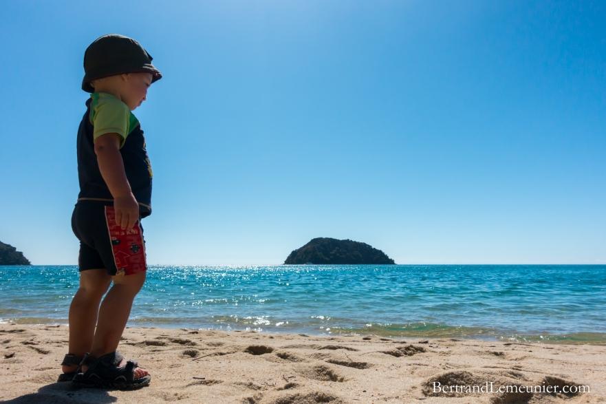 Léo regardant au loin l'île de Tonga depuis la plage de Tonga Quarry