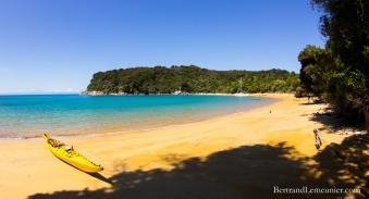 Kayak sur la plage de Te Pukatea
