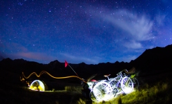 6-Velos_nuit_lightpainting_Walter-Peak_NZ_Terra-Tributa